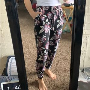 3/$25🦋 Soft floral joggers